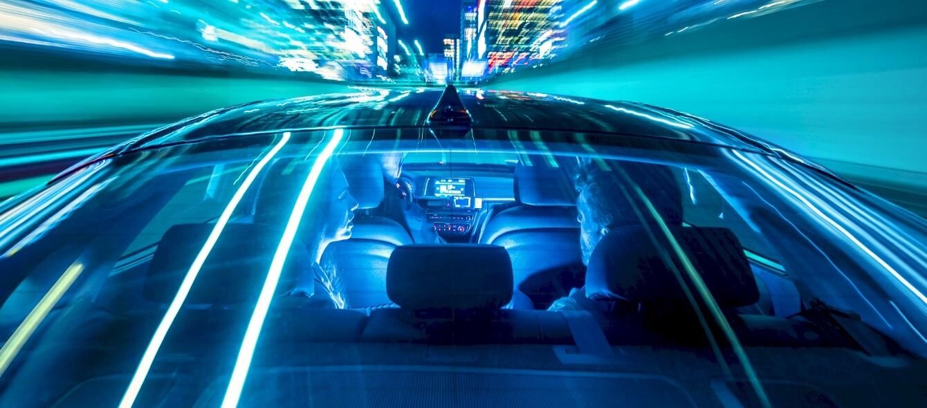 Stimmungsbild Menschen in fahrendem Auto Geschwindigkeit blau