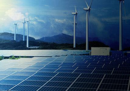 Stimmungsbild Dunkelflaute Photovoltaikanlage und Windkraftanlagen bei dunkelblauer Atmosphäre