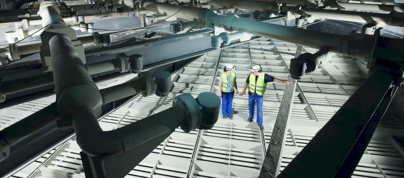 Innovationszentrum Kohle Innanansicht zwei Arbeiter im Kraftwerk Niederaußem