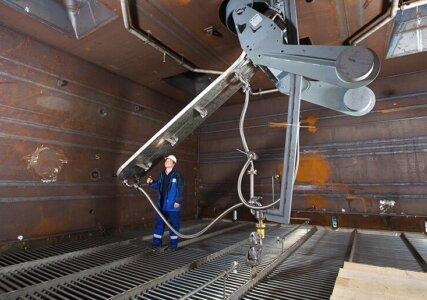 enformer Innovation Arbeiter in Anlage für Wirbelschichttrocknung