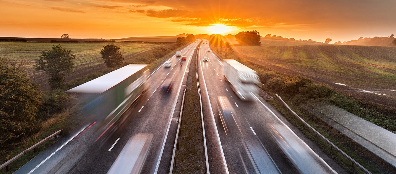 enformer Energiewende Stimmungsbild Autobahn Geschwindigkeit oranger Himmel