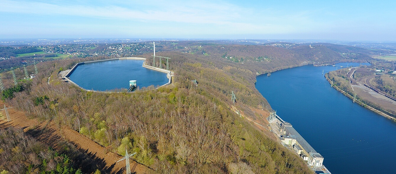 Pumpspeicherkraftwerk in einem See zur Speicherung von Energie