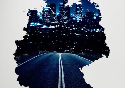 Umrisse der Deutschlandkarte mit einer Straße zu einer Stadt führend