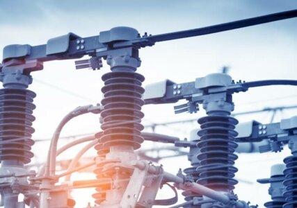 Stromerzeugung im enformer Nahaufnahme Strommast Transformator