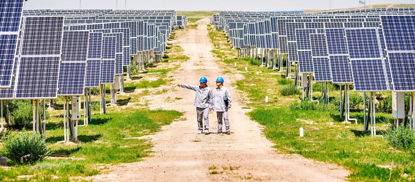 enformer Energiewende zwei Arbeiter in chinesischem Solarpark