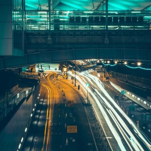 Straße in der Innenstadt bei Nacht mit Autolichtern