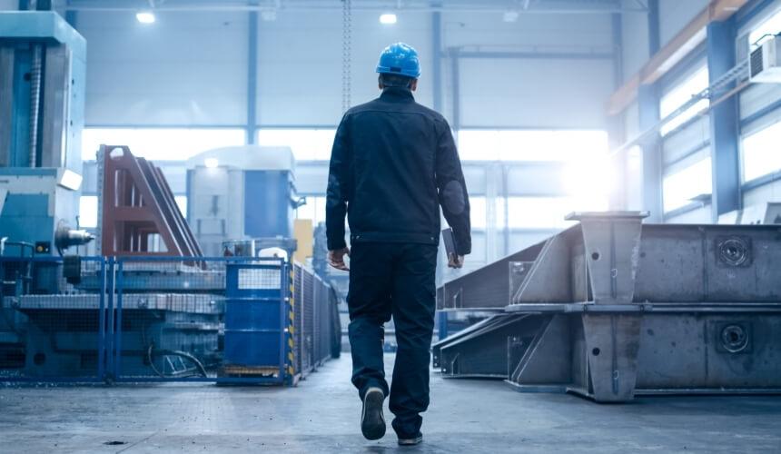 Arbeiter einer Energiefirma geht zu seinem Arbeitsplatz