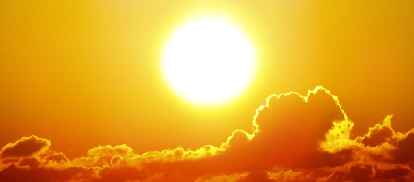 Stimmungsbild Hitze Sonne Wolken roter Himmel