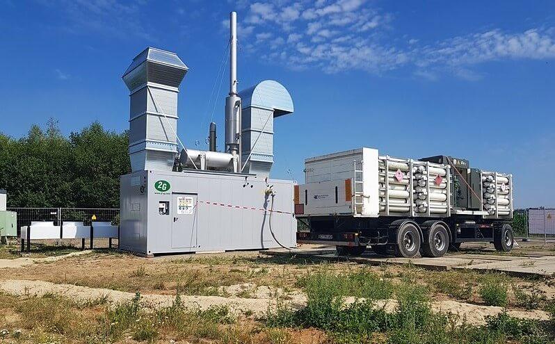 LKW verbunden mit einer Anlage zur Gewinnung von Energie