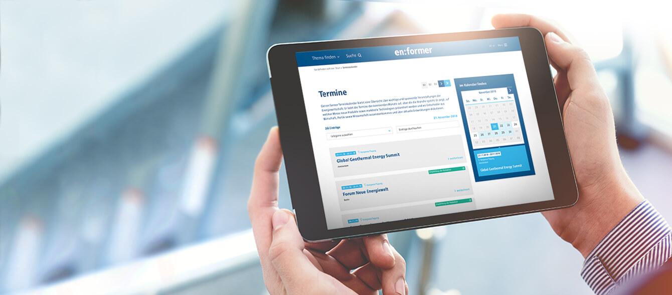 Veranstaltungen im enformer Stimmungsbild Tablet in Händen mit enformer Kalender Übersicht auf Bildschirm