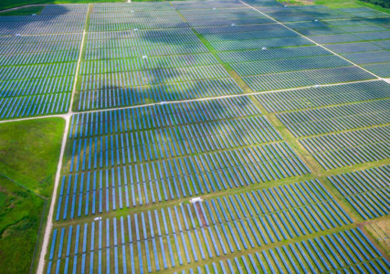 Energiewende im enformer Luftaufnahme Photovoltaikanlage auf grünen Feldern