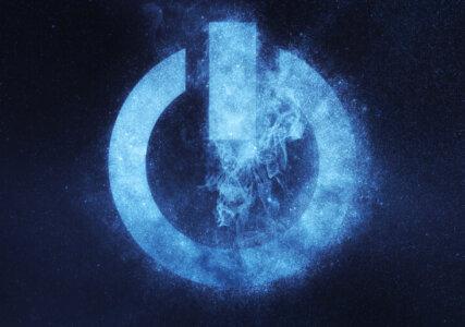 Stimmungsbild Power Zeichen Symbol als hellblaue Energie vor schwarzem Hintergrund