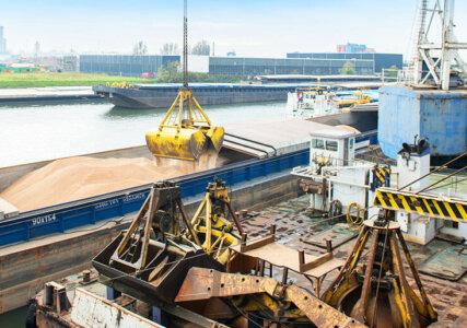Klimaschutz im enformer Entladen von Holzpellets eines Frachtschiffes am Kraftwerk Amer