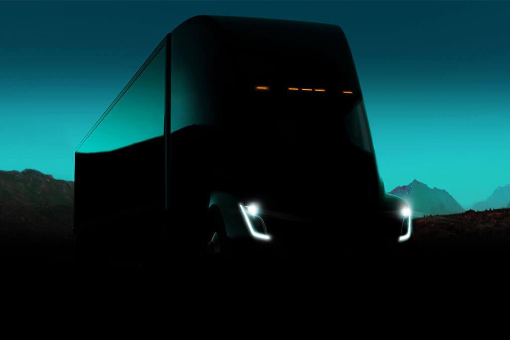 Stimmungsbild Tesla Elektro Truck im Dunkeln vor türkisem Himmel