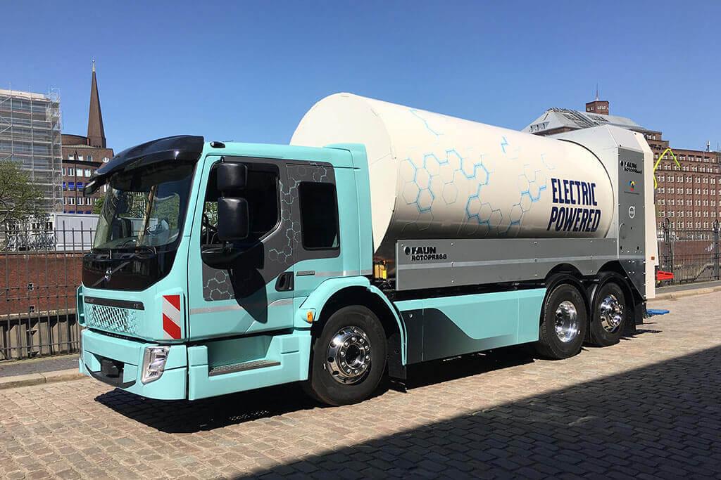 Vollelektrischer Müllwagen Volvo FE Electric hellblau in Hamburg
