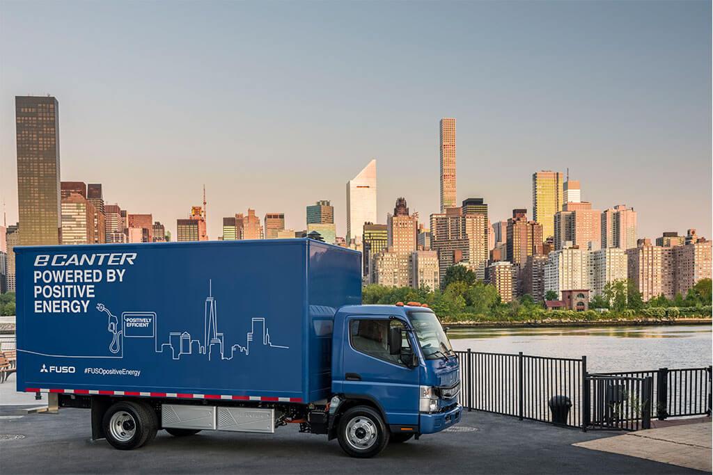Blauer Elektro LKW vor New Yorker Skyline