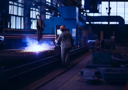 Arbeiter in energieintensiver Branche bei Metallverarbeitung Produktionsstätte Schwerindustrie Maschinenbau Stahlerzeugung