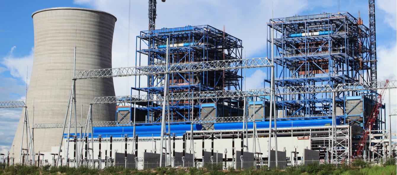 Energiewirtschaft im enformer Bau eines Kohlekraftwerks blaue Baugerüste und Kühlturm
