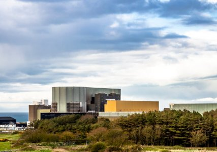 Energiepolitik im enformer Panoramaaufnahme des Kernkraftwerks Wylfa bei bewölktem Himmel
