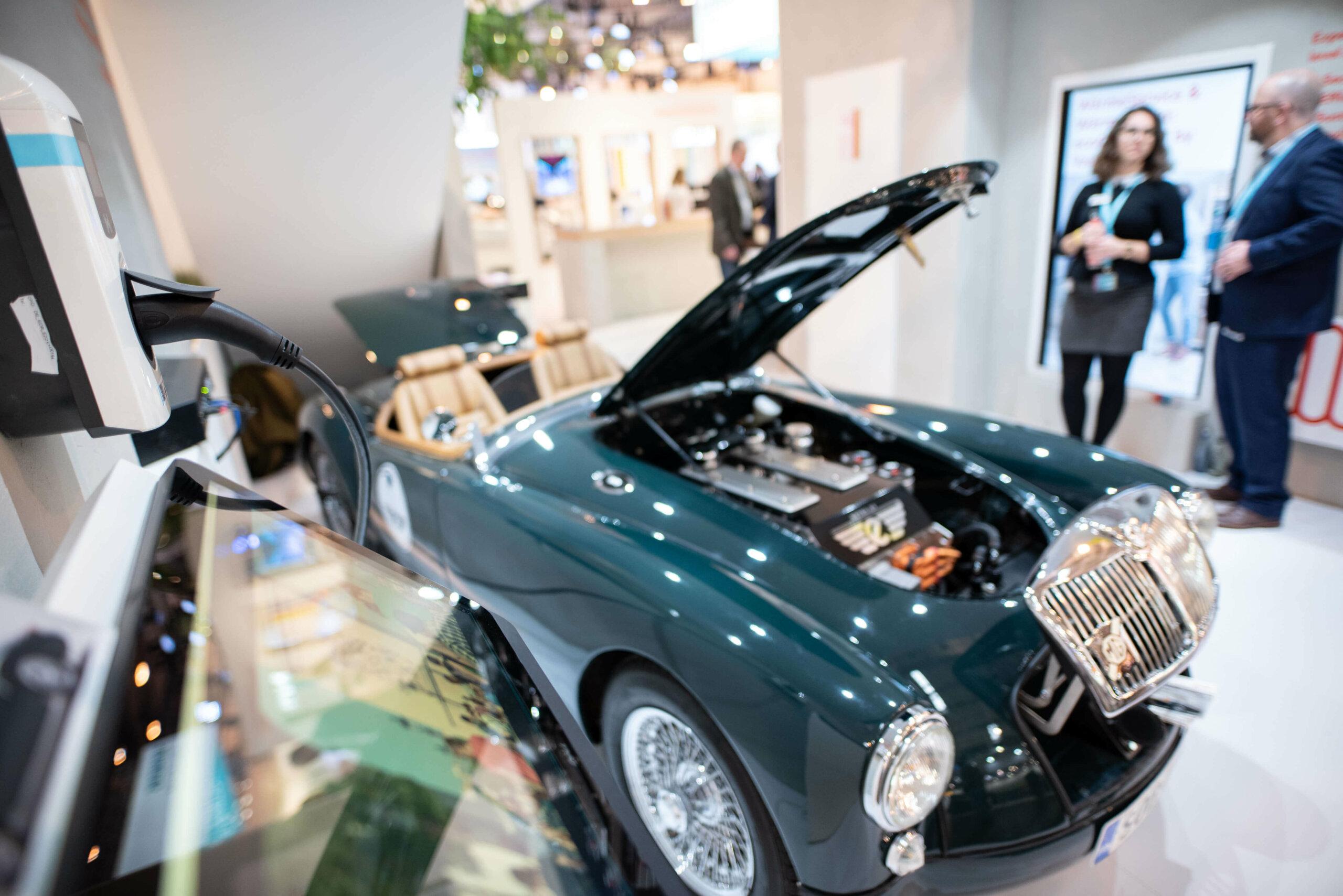 E-Auto mit geöffneter Motorhaube
