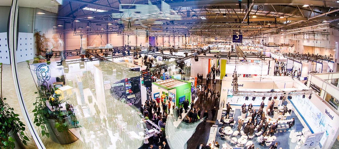 Blick von oben auf die Stände einer Energiemesse