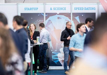 Menschen auf einer Messe für Energie Start-ups