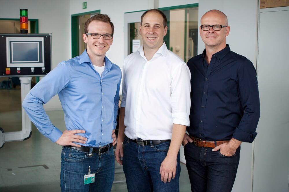 Drei Mitarbeiter eines Energie Start-ups posieren