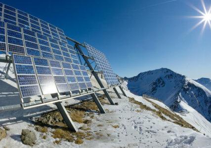 Solarpanele oben auf einem schneebedeckten Berggipfel