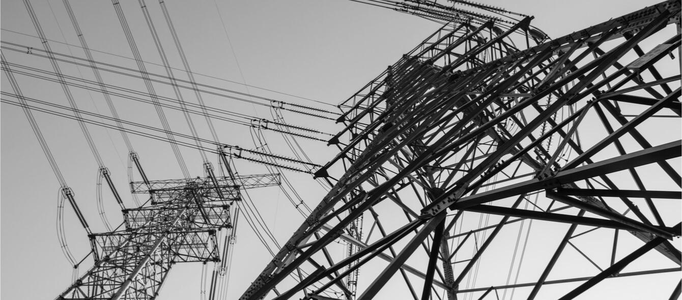 Sich überkreuzende Stromleitungen von unten