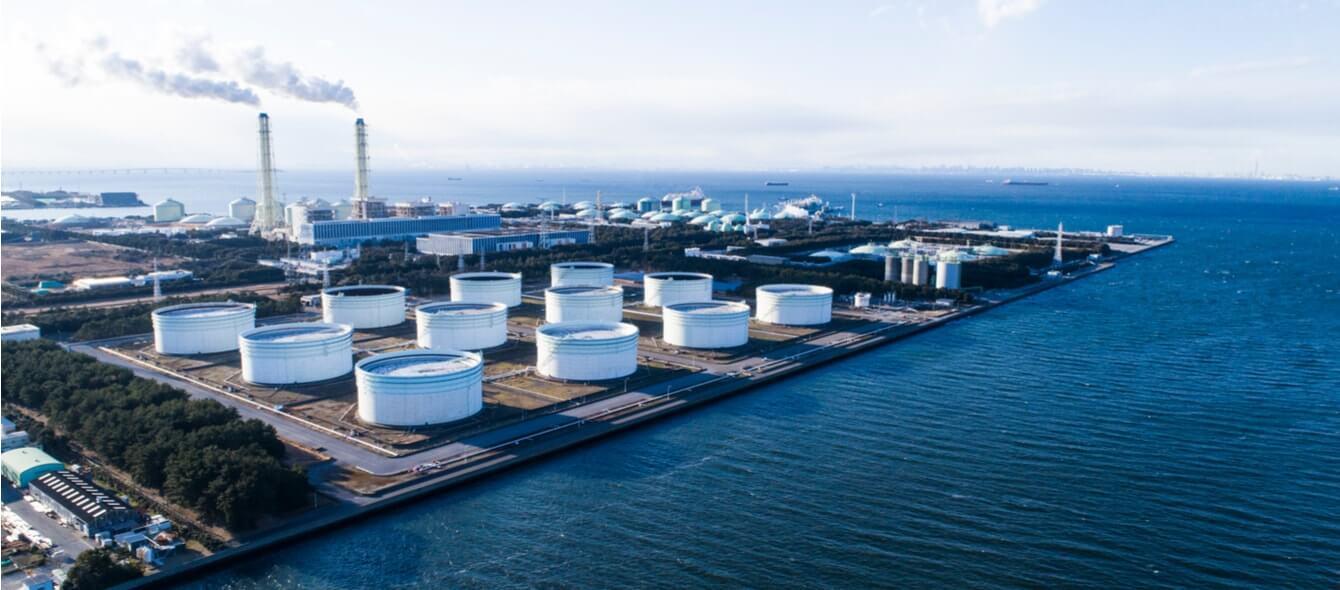 LNG-Terminal mit Lagern direkt am Meer
