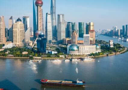 Skyline von Shanghai mit Schiff im Vordergrund