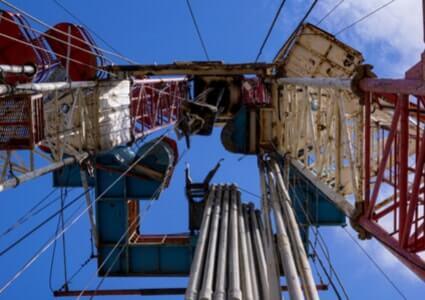 Ölförderpumpe von unten mit Blick in den Himmel
