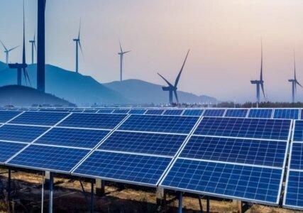 Windräder und Solarpanele zur Erzeugung von Erneuerbaren Energien