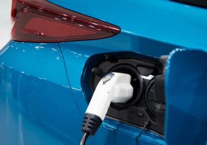 Nahaufnahme eines Ladesteckers für ein E-Auto mit Brennstoffzelle