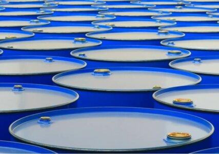 Blaue Fässer mit Benzin