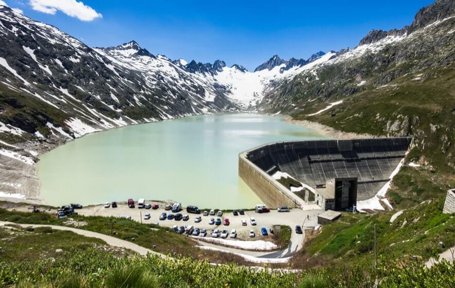 Wasserkraftwerk am See umgeben von Bergen