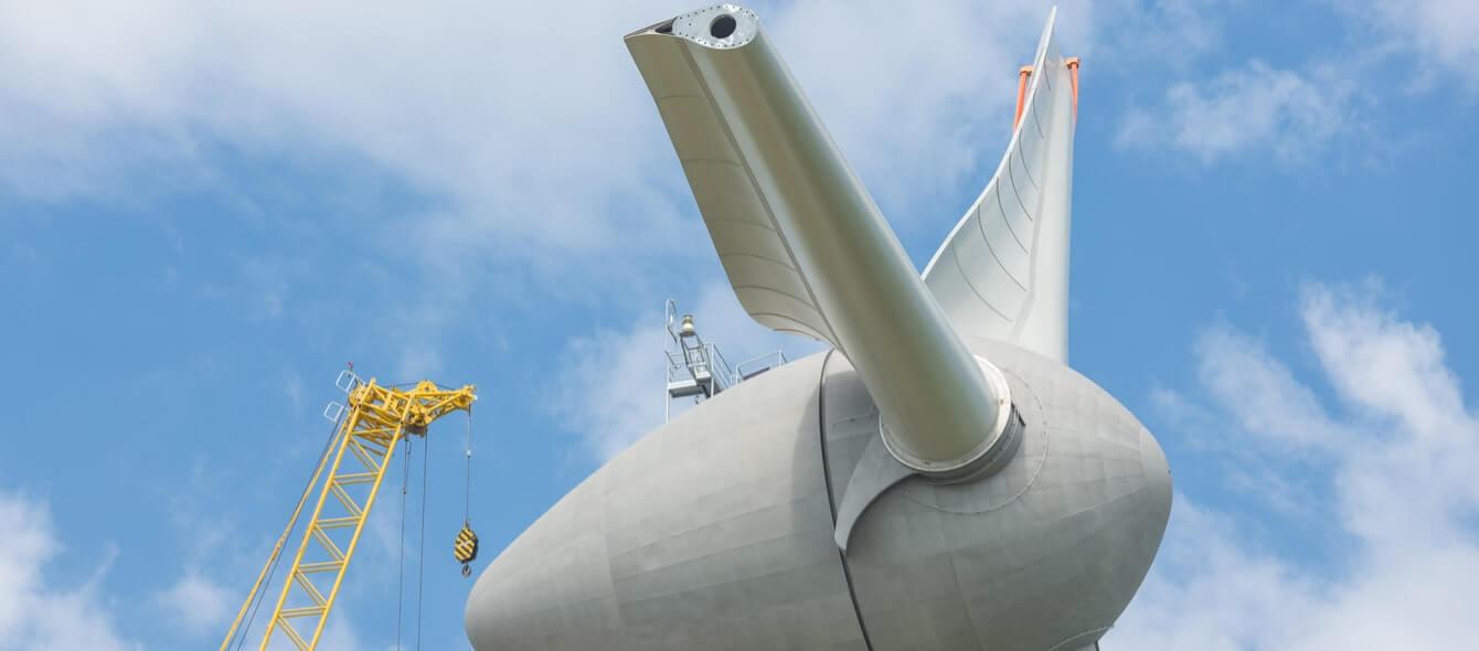 Neue Windkraftanlage im Aufbau