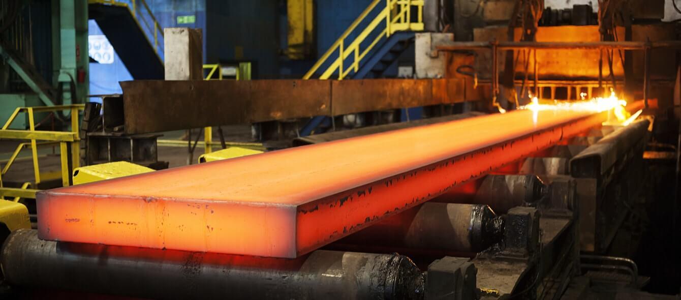 Frisch gegossene Stahlplatte noch grell leuchtend kommt aus Hochofen