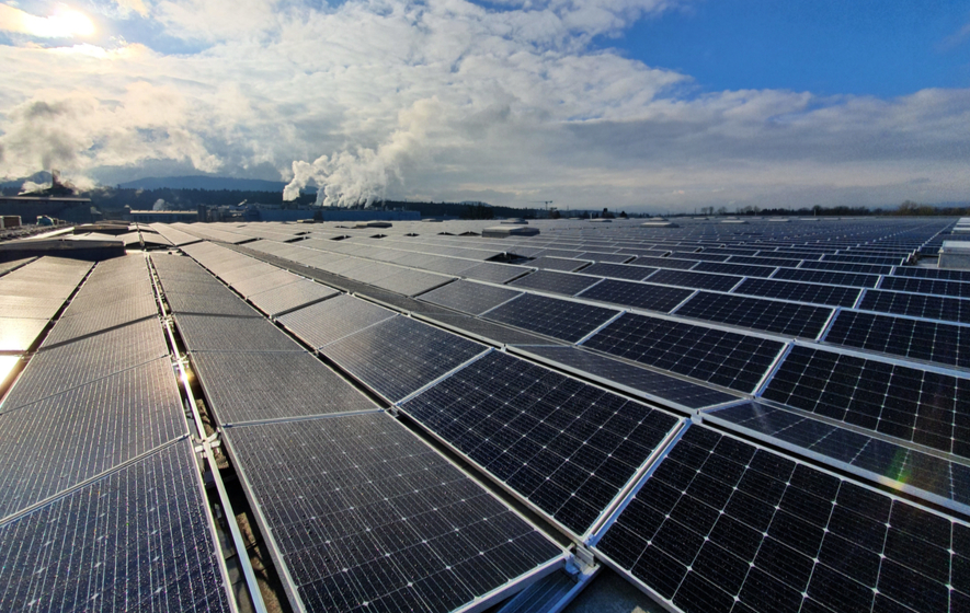 Größte Dach-Solaranlage der Welt in Perlen (Schweiz)