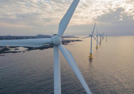 Offshore Windkraftanlage vor den Jeju-Inseln in Südkorea